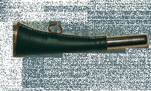 горн охотничий (кожаная отделка) 16 см, плоский, цвет тёмно-зелёный quarta-hunt.ru